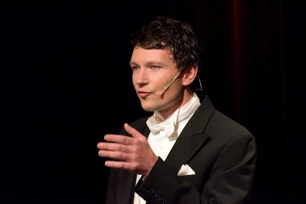 Florian Fries als Pianist und zugleich Moderator seiner Solokonzerte: die zwei Hauptmerkmale seiner Vita