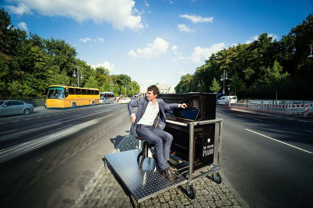Pianist Florian Fries mit seinem ROLLING PIANO am Brandenburger Tor
